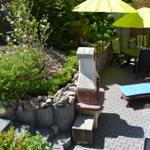 Terrasse mit Steingrill, Sonnenliegen