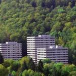 Die Wohnung befindet sich im hinteren Turm 3 ( links )