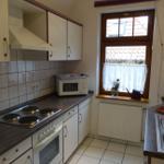 Einbauküche mit modernen Elektrogeräten einschließlich Geschirrspülmaschine