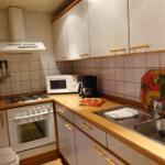Moderne Einbauküche mit allen wichtigen Elektrogeräte