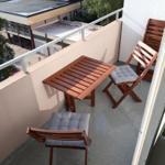Auf dem nach Osten ausgerichtetem Balkon befindet sich ein kleiner Tisch sowie 4 Stühle.