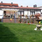 Ansicht vom Garten, rechts das Spielhaus für Kinder