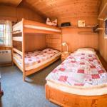 ein weiteres Schlafzimmer mit Etagen- und Einzelzimmer