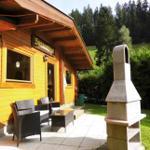Terrasse mit Sitzlounge und Grill-Kamin