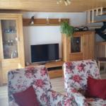 modernes Wohnzimmer mit Sat-TV, Internet-WLAN Telefon ins deutsche Festnetz