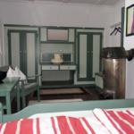 gr0ßes Schlafzimmer mit original Einbauschränken