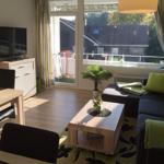 Der große Wohn-/Essbereich mit sonnigem Balkon