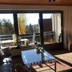 Wohnzimmer m. Sicht auf den Balkon