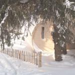 Die kleine Fass-Saune versinkt im Schnee.