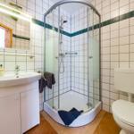 Bad mit Dusche und WC. Fön, Händehandtuch und Duschvorler inklusive