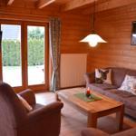 Gemütlicher Wohnraum mit TV und Blick auf die Terrasse.