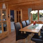 Im Essbereich stehen Ihnen ein großer Tisch, 6 Stühle und eine Bank zur Verfügung.