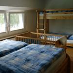 Schlafzimmer 1 mit zusätzlichem Kinderbett für maximal 4 bis 5 Personen
