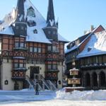 Marktplatz mit Rathaus im Winter