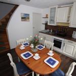Küche, Essbereich, Treppe zu den Wohn-/Schlafräumen und Bad