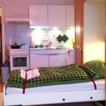 Eines der beiden nebeneinander liegenden Schrank-Klapp-Betten