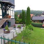 Einfahrt zur Ferienwohnung mit angrenzendem Garten zum Spielen für die Kinder
