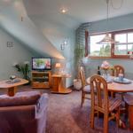 Wohnzimmer , Sofa, Sessel mit Fußhocker, Essecke, SAT - TV mit DVD, Panoramablick