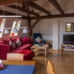 Wohnzimmer vom Eßtisch gesehen. Das große Sofa kann mit einem Handgriff zum Doppelbett umgestaltet werden.