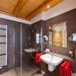 geräumiges Bad mit Regendusche, Sauna, Fußbodenheizung udn Handtuchheizkörper