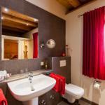 Bad im EG mit Sauna, Fußbodenheizung, Handtuchheizkörper und Regendusche