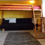 Gelbes Zimmer mit Hochbett und Schlafsofa