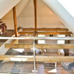Blick vom offenen Schlafzimmer auf dem Spitzboden in den Wohnbereich