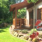überdachte Holzterrasse mit Gartenmöbel und direktem Blick zur wild-romantischen Ilse und ins