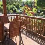 Überdachte Holzterrasse mit Gartenmöbel