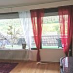 Blick auf den großen nicht einsehbaren Balkon, im Sommer mit einer Lounge & Sonnenschirm incl. Weitblick