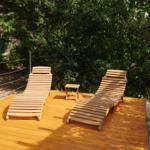 Holzterrasse mit Liegen