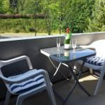 Genießen Sie die sonnige Loggia. Ein Sonnenschirm liegt bei Bedarf griffbereit zur Seite.