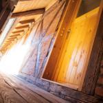 Zum Laubengang führen 2 Holztreppen
