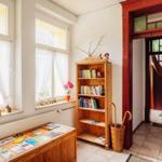 Eingangsbereich mit Bücherregal & Prospekten