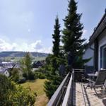 großer Balkon mit Blick auf die Ettelsberg-Skipisten