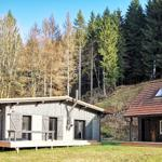 Gartenblick auf das Haupthaus links und die Bärenhütte rechts.  Jeweils mit großer eigener Terrasse zum Verweilen. :-)