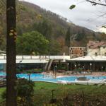 Thermalsolebad mit Burgbergseilbahn und Baumwipfelpfad im Hintergrund