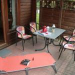 Überdachte Terrasse mit zwei Liegen Tisch und Stühlen