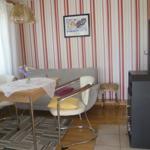 Wohnzimmer mit Kaminofen.