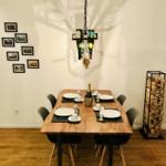 Ein großer, massiver Echtholzesstisch mit 1,60m Länge bietet ausreichend Platz zum frühstücken und dinieren zu viert und optional zu sechst.