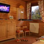 Das Kinderzimmer mit zwei Einzelbetten und Spielzeug