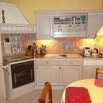 Küchenzeile mit Essecke und allem nur erdenklichem technischen Geräten und Utensilien.