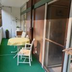 6 qm großer Balkon mit Blick in den Wald und Zugang vom Schlaf und Wohnzimmer!