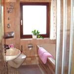 Badezimmer mit Badewanne, Dusche, Waschbecken und WC