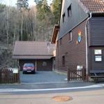 Blick auf den Parkplatz neben dem Haus