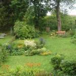 Ansicht auf den Garten in Hanglage