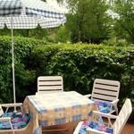 Terrasse (Südwest) mit Gartenmöbeln (Liegestühle sind vorhanden)