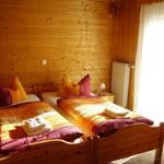 Elternschlafzimmer mit großem Fenster und Rolladen
