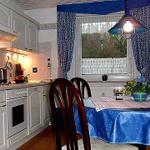 Die komplette Küche mit großem Essplatz verfügt über Geschirrspüler,E-Herd mit Backofen, Kühlschrank m. Gefrierfach,Kaffeemaschine, Mikrowelle, Wasserkocher usw.