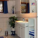 Teilansicht des Tageslicht-Badezimmers
